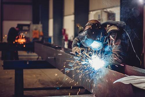 Metall schweißen mit Schutz Arbeiter in Fabrik
