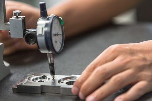 Metall Messgerät auf Metallteil Bearbeitung