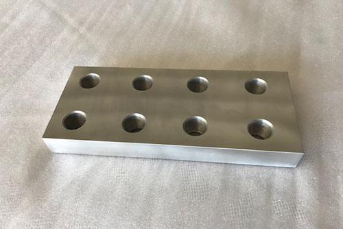 Metallbauteil mit acht Löchern, Metallblock, Sonderanfertigung