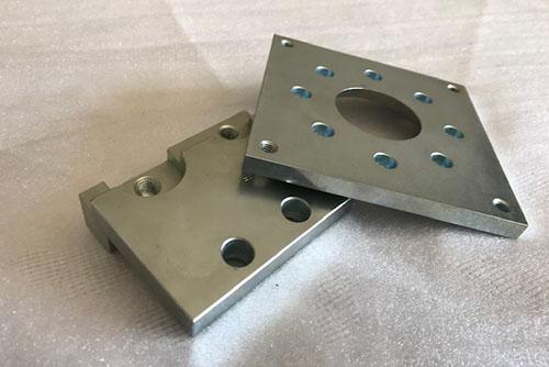 Bauteile aus Metall Metallbauteile mit Löchern